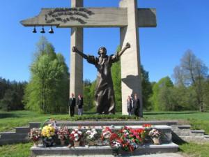 """Памятник """"Праклён фашизму"""" на месте сожженной деревни Шуневки"""